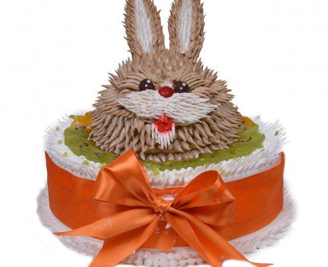 蛋糕,顶上铺着一层新鲜水果切片,还有个立体的大兔子造型,可爱的感觉